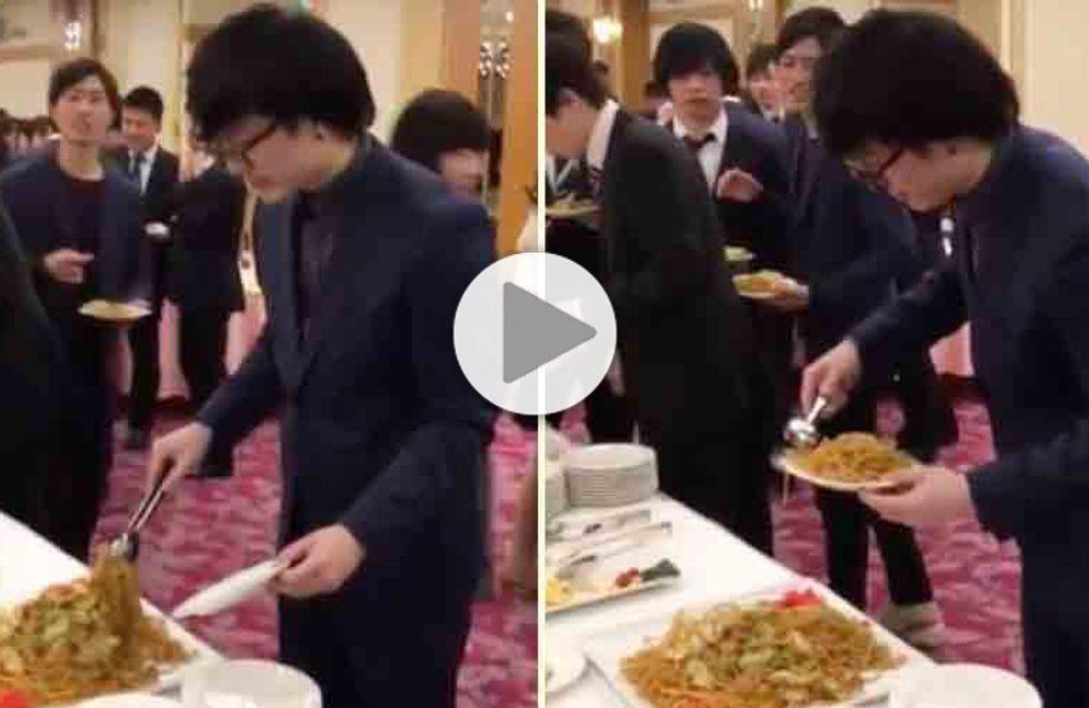 Mieux vaut ne pas inviter cet homme à son mariage, votre buffet risque d'en prendre un coup ! (Vidéo)