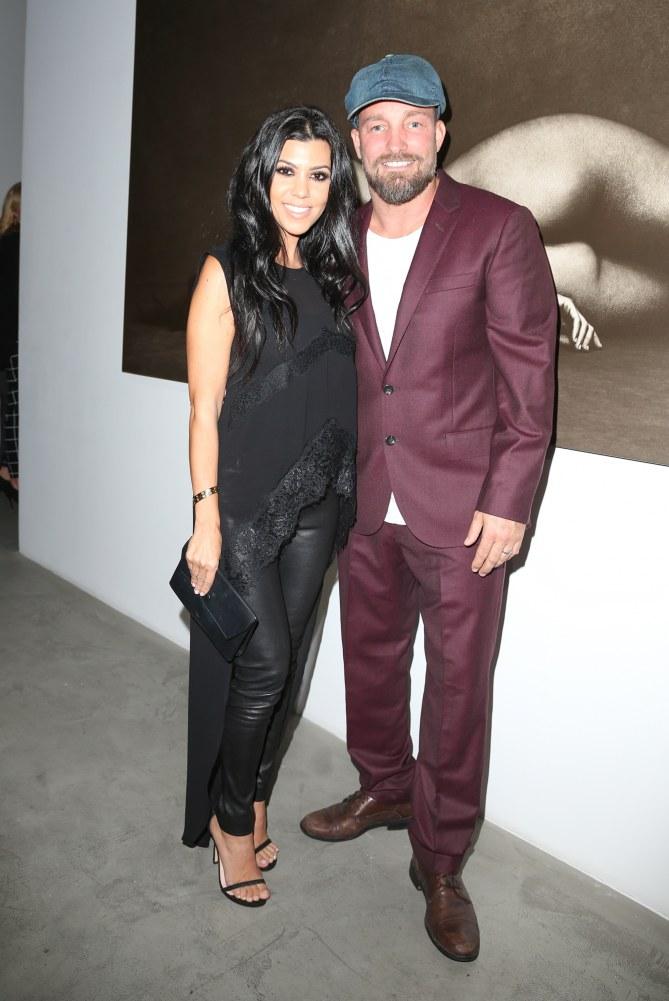 Kourtney Kardashian et le photographe Brian Bowen Smith à l'expo Metallic Life