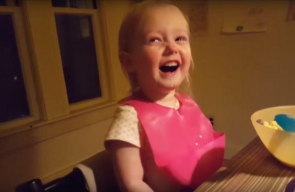 """""""WO kommt der Schnee her?!"""" Dieses kleine Mädchen glaubt ihrem Papa kein Wort"""