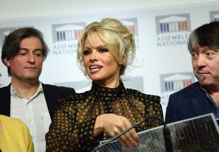 Pamela Anderson prend la parole à l'Assemblée nationale