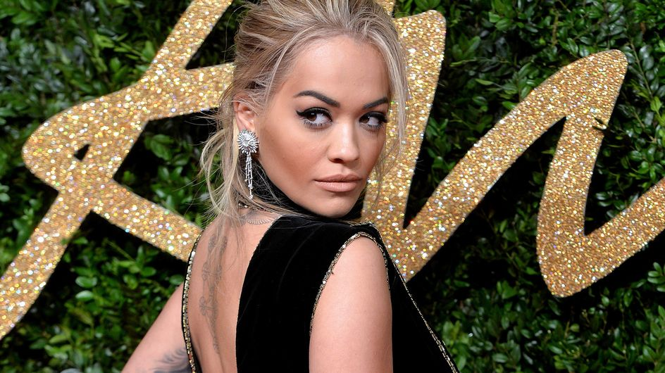 Rita Ora en robe quasi inexistante au défilé Versace (Photos)