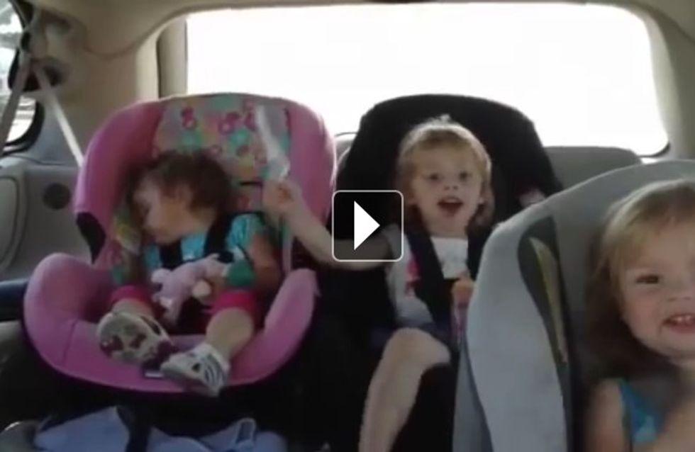 Endormie dans une voiture, cette fillette a une réaction incroyable à son réveil