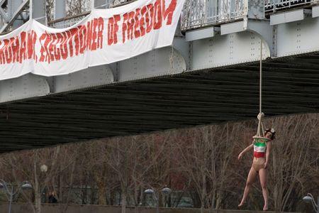 Une Femen se pend pour accueillir le président iranien Rohani