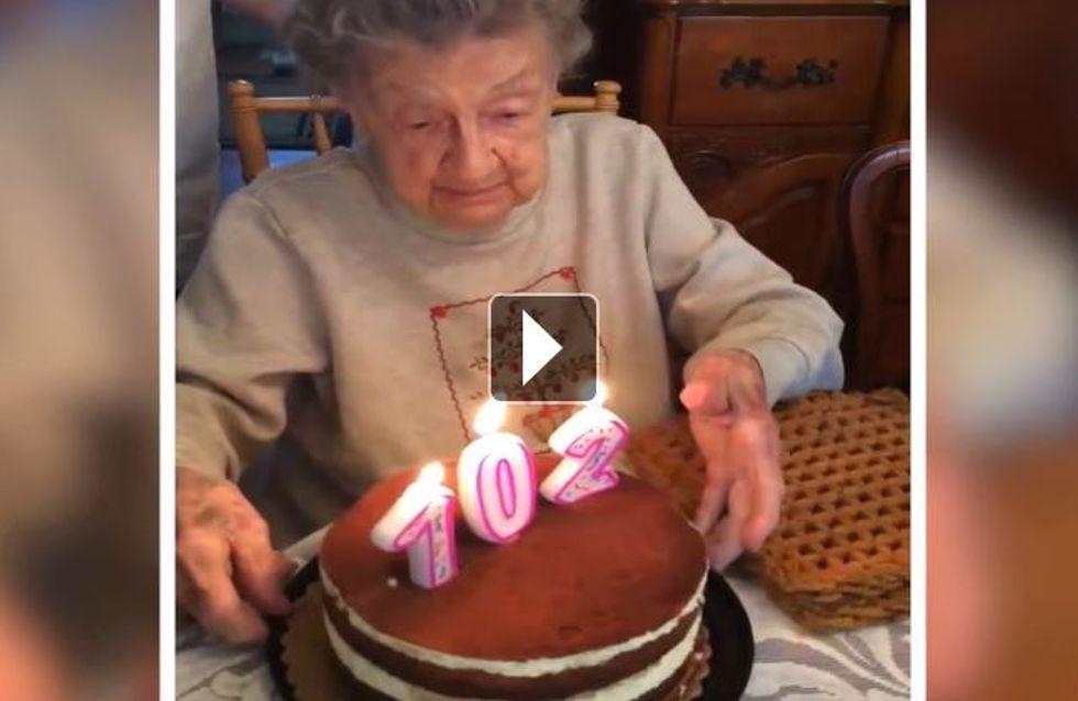 Au moment de souffler ses bougies, cette grand-mère a rencontré un petit souci