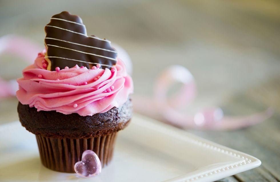 Réalise ultra facilement des cupcakes surprise au chocolat, avec des Smarties dedans !