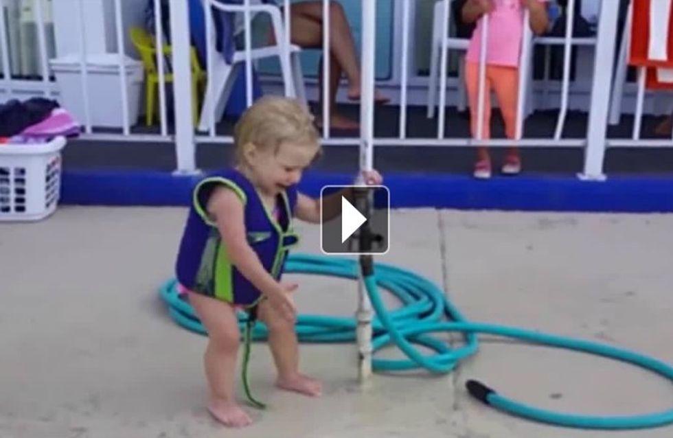 Craquant : ce petit garçon aux prises avec un robinet récalcitrant
