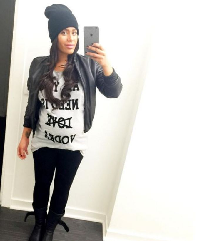 Amel Bent affiche son bby bump