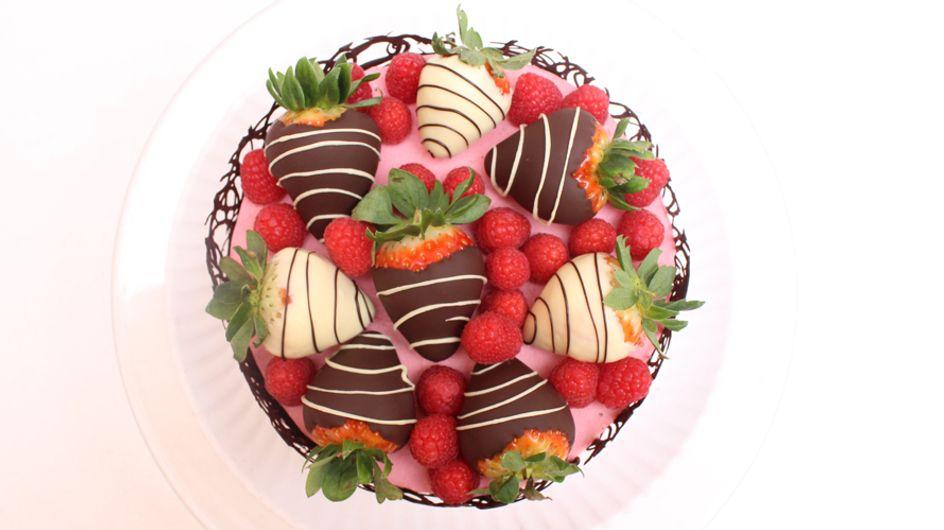 Aprende a preparar una bonita tarta de chocolate y fresas