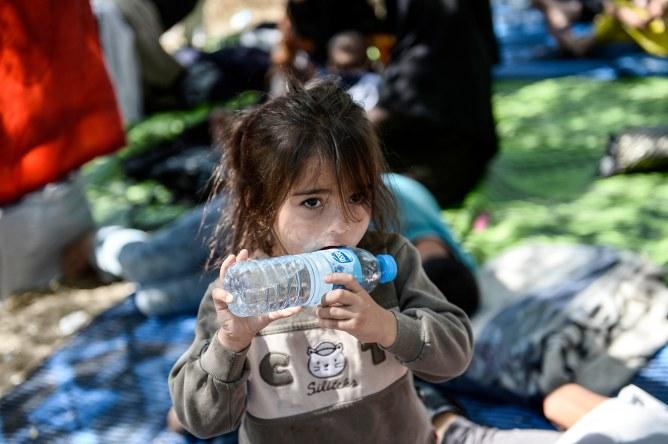 Une petite Syrienne réfugiée à la frontière turque