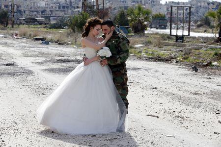 Les jeunes mariés au milieu des ruines