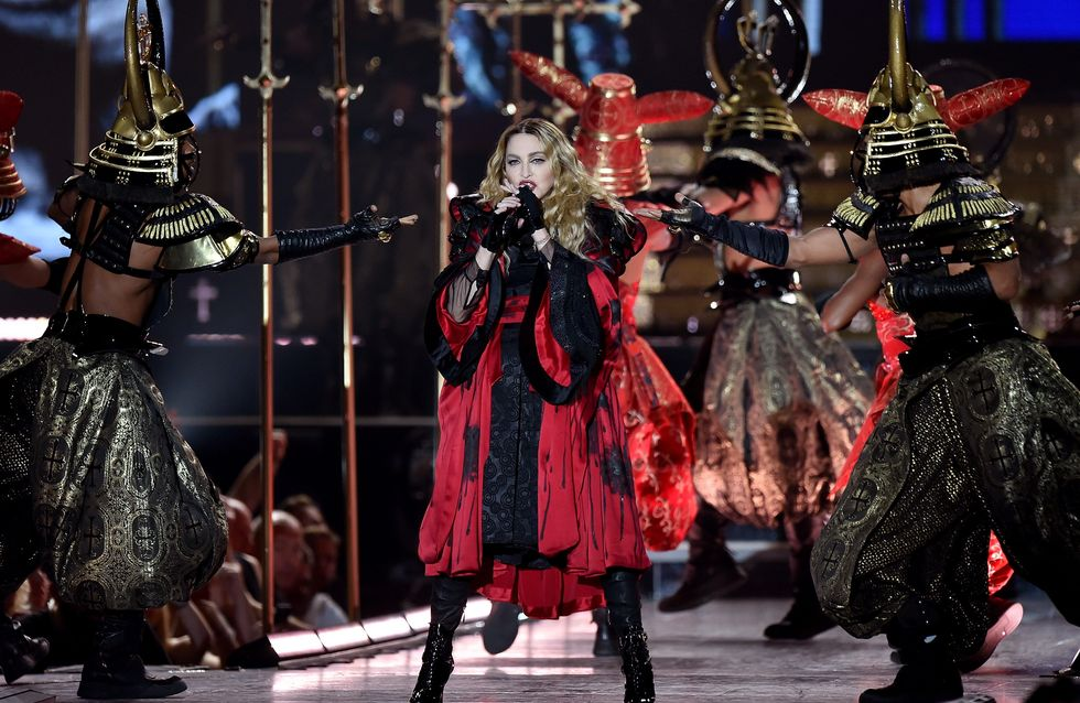 Madonna vittima di un costume sul palco... di nuovo! (video)