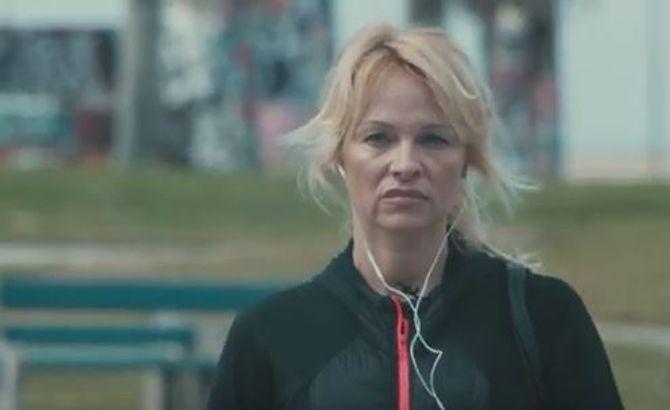 Pamela Anderson dans Connected