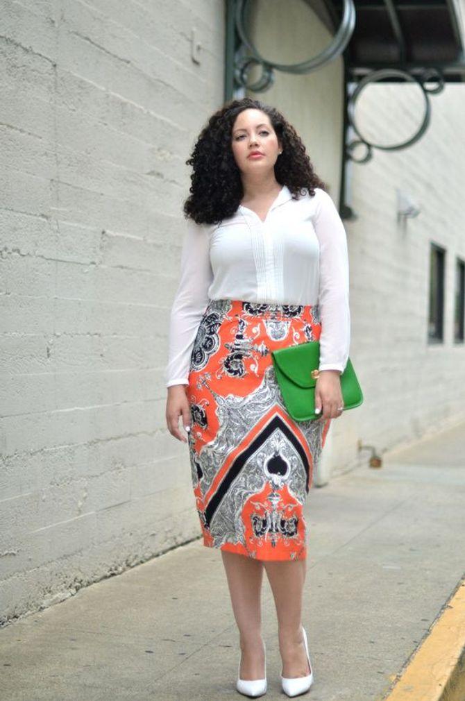 Perfekt: Weiße Bluse zum Print-Rock