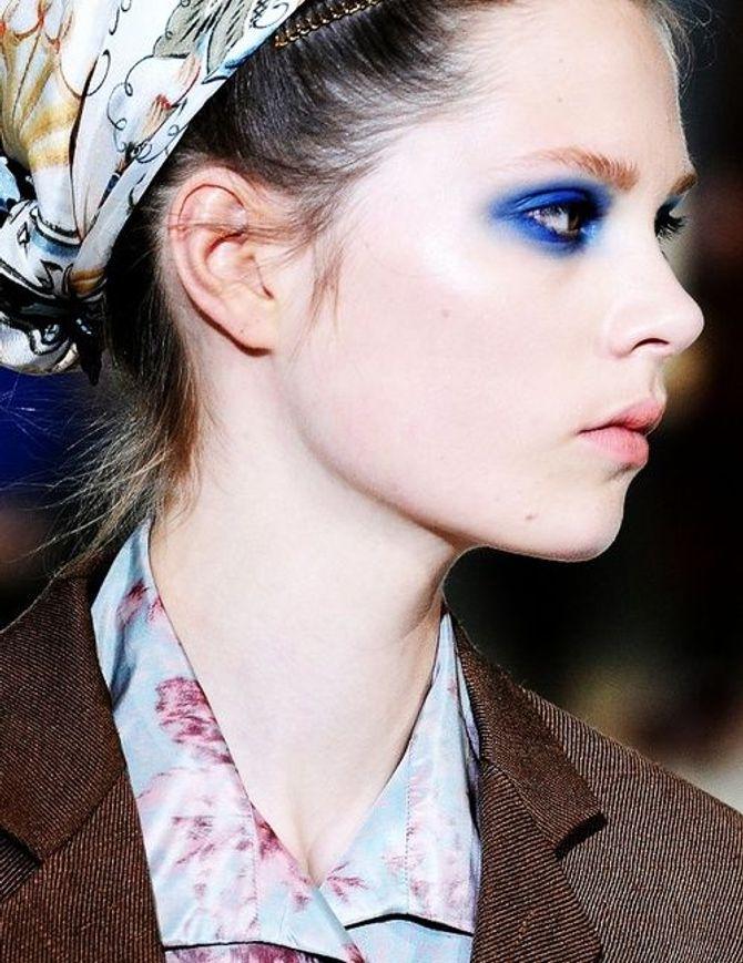 Trucco abbinato ai vestiti: come abbinare il blu intenso