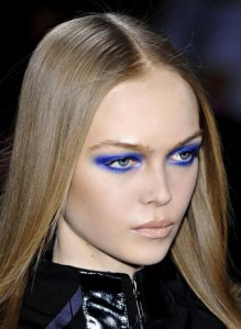 Trucco abbinato ai vestiti: come abbinare il trucco blu