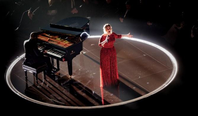 Adele chante aux Grammy Awards 2016