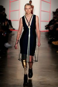 Lauren Wasser pour Chromat à la Fashion Week de New York