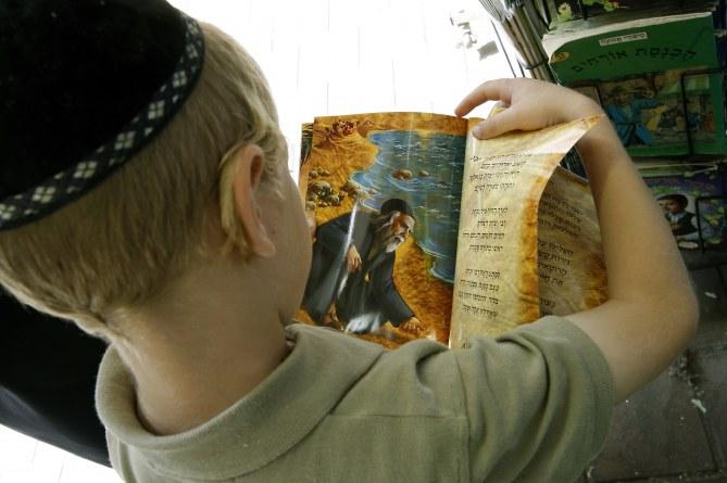 Un élève d'une école juive orthodoxe en train de lire