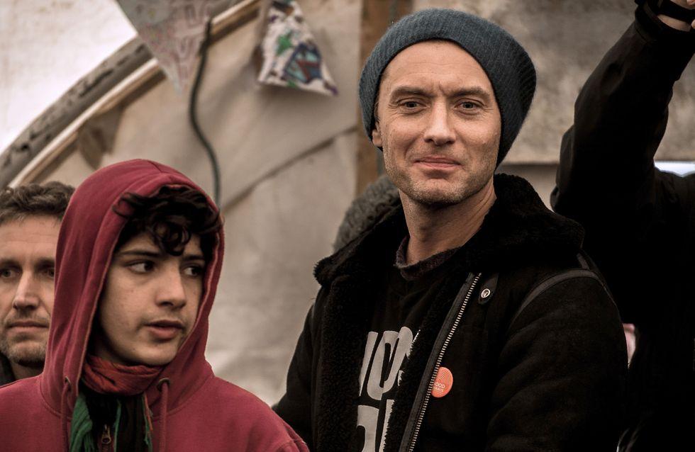 Jude Law se rend dans la jungle de Calais pour soutenir les enfants isolés (Photos)