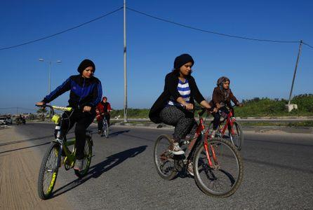 Des femmes à vélo à Gaza