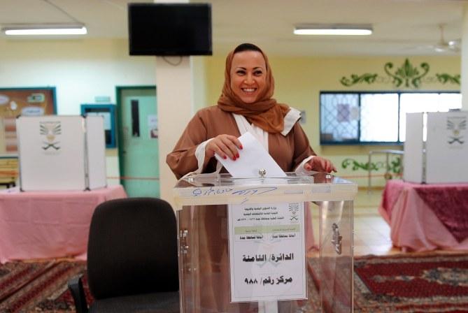 Une femme vote en Arabie Saoudite