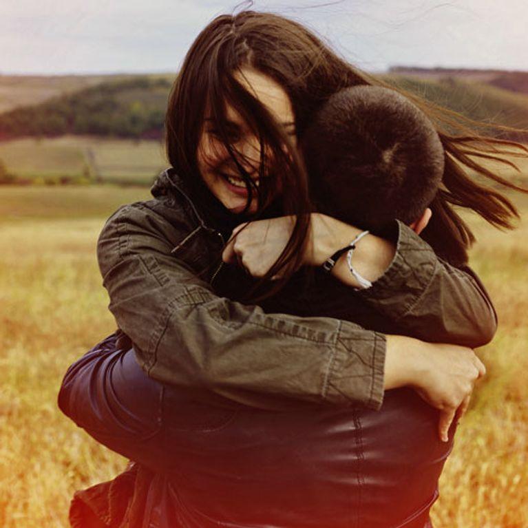 Junge umarmt mädchen an der taille