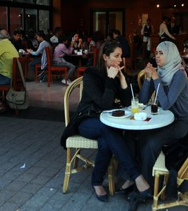 En Tunisie, les femmes investissent un café réservé aux hommes (Vidéo)
