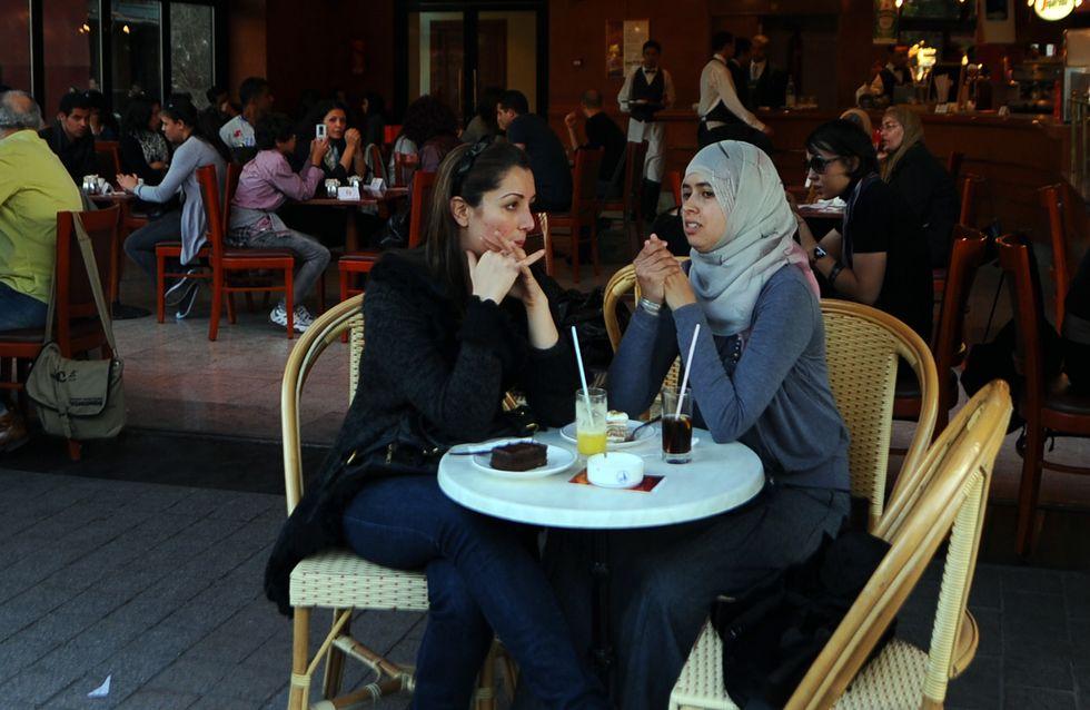 """En Tunisie, les femmes investissent un café """"réservé"""" aux hommes (Vidéo)"""