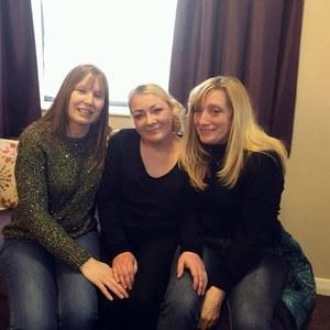 Lisa Moore entourée de ses deux amies d'enfance Amanda et Ann-Marie