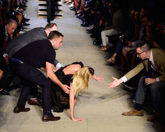 Candice Swanepoel chute lors du défilé Givenchy
