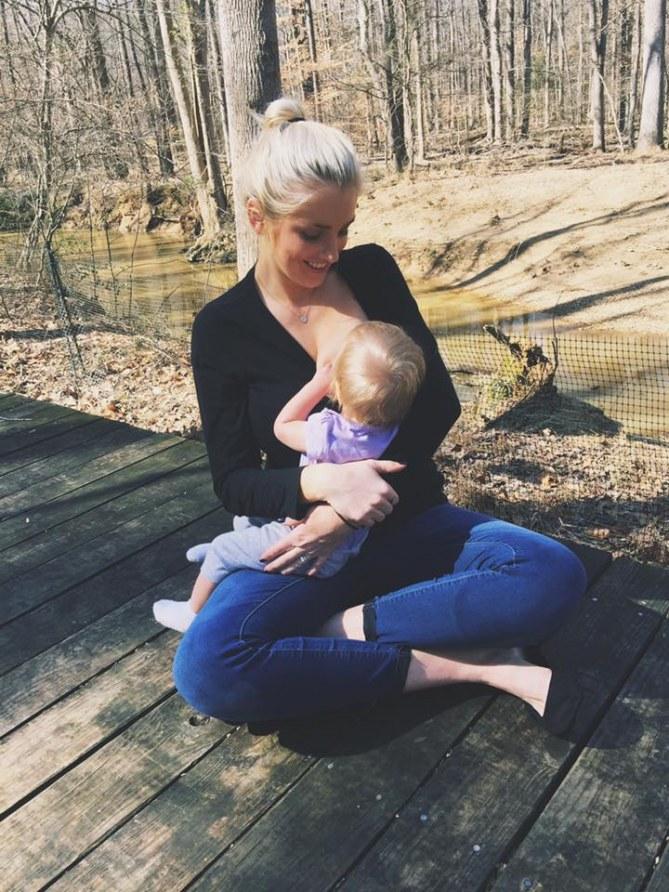 Maria Corry allatta sua figlia