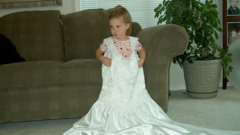 Ogni anno fotografa sua figlia nell'abito da sposa di quando era giovane: i risultati sono sorprendenti