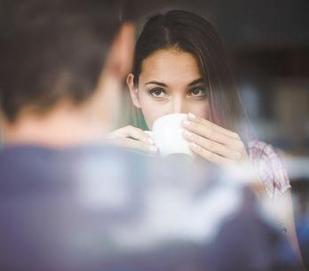 Geheime Signale & gute Körpersprache: SO wird dein Flirt zum Erfolg!