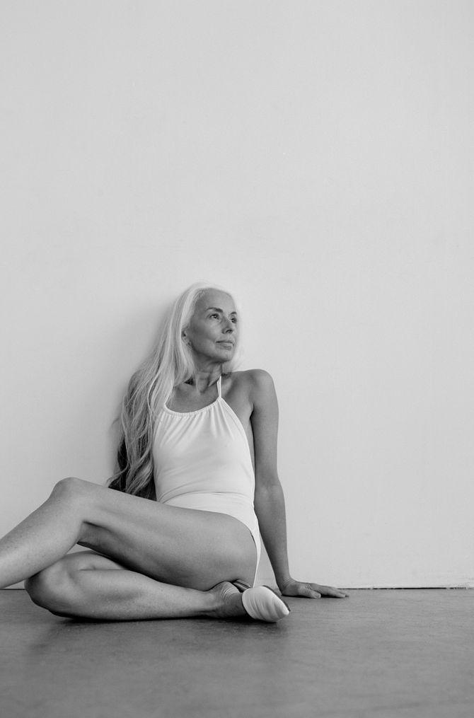 A 60 ans, Yasmina Rossi pose pour une campagne de maillots de bain