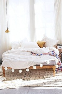 Pompones cosidos a la colcha de la cama