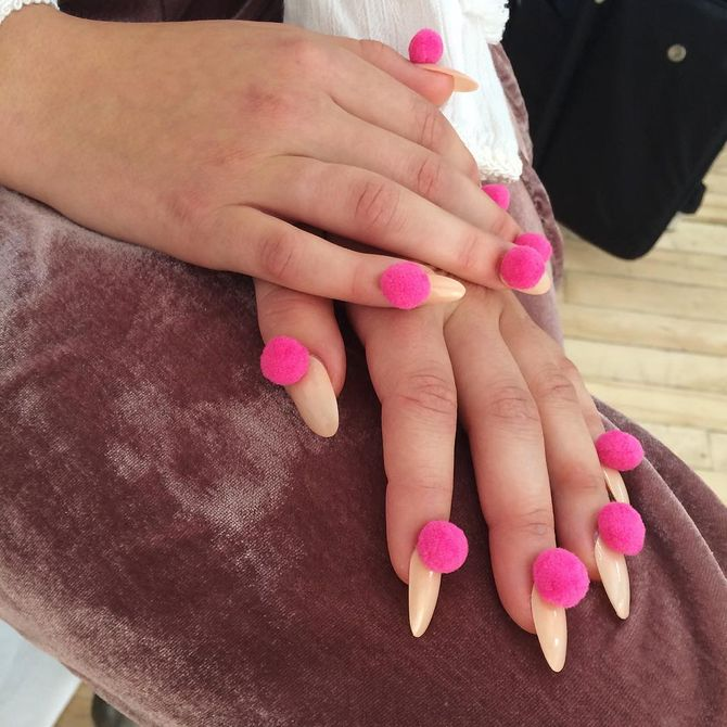 Les pompom nails, dernière tendance manucure