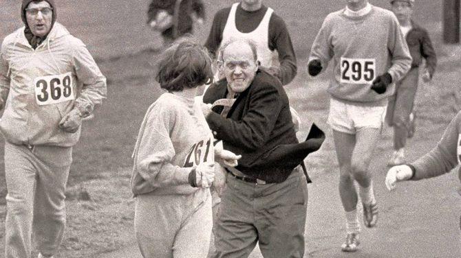 Kathrine Switzer, malmenée par l'organisateur du marathon de Boston pour l'exclure