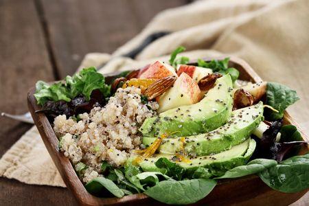 Quinoa con ceci, sedano e avocado