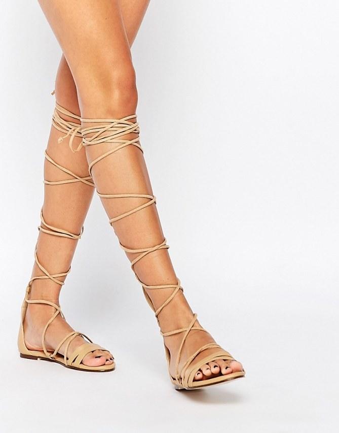 Für die Boho Sandalen braucht ihr schlichte Römersandalen, z.B. von Asos