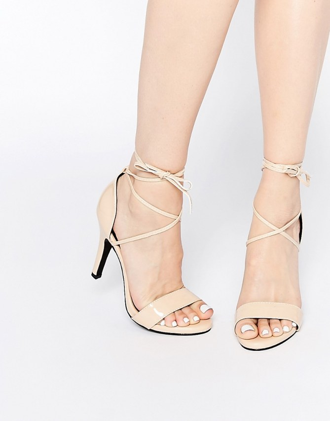 Für die Pom Pom Sandaletten braucht ihr schlichte Sandaletten, z.B. von Asos