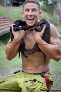 Les pompiers australiens posent avec des animaux