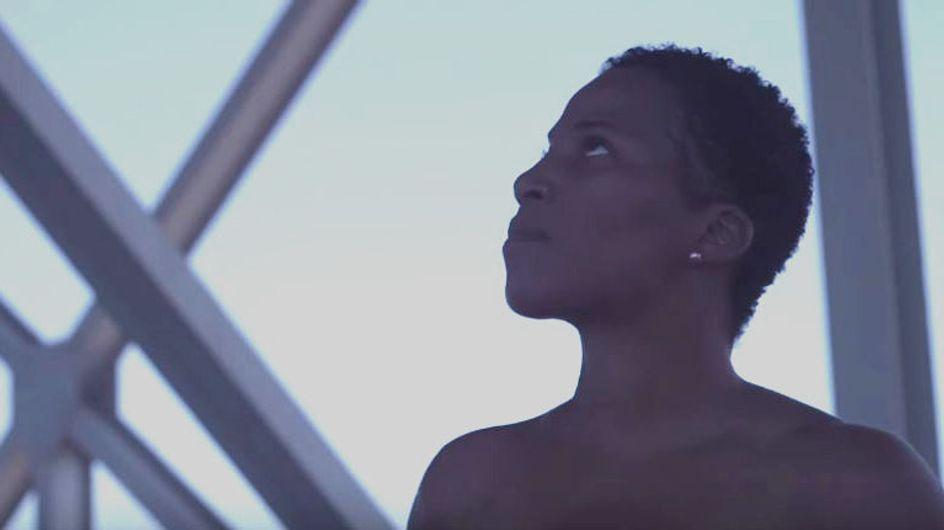 Survivante du cancer du sein, elle marche topless pour délivrer un beau message (Vidéo)