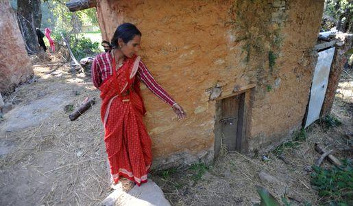 Une femme indique l'abri dans lequel elle doit s'isoler pendant ses règles