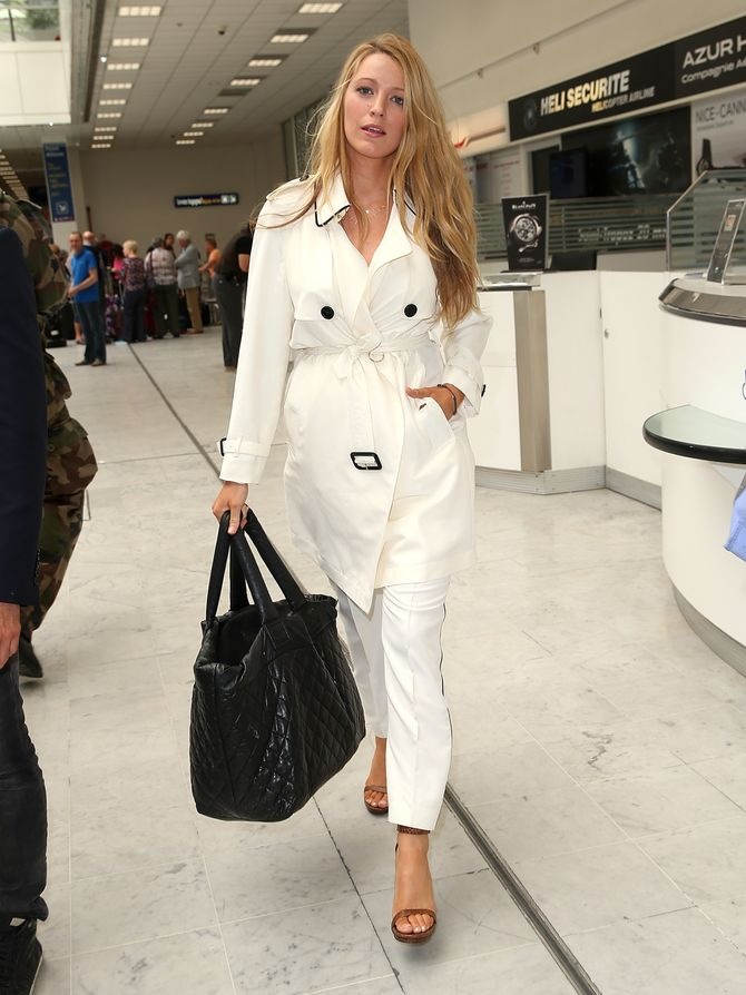 Blake Lively, en trench coat Burberry, arrive à Cannes