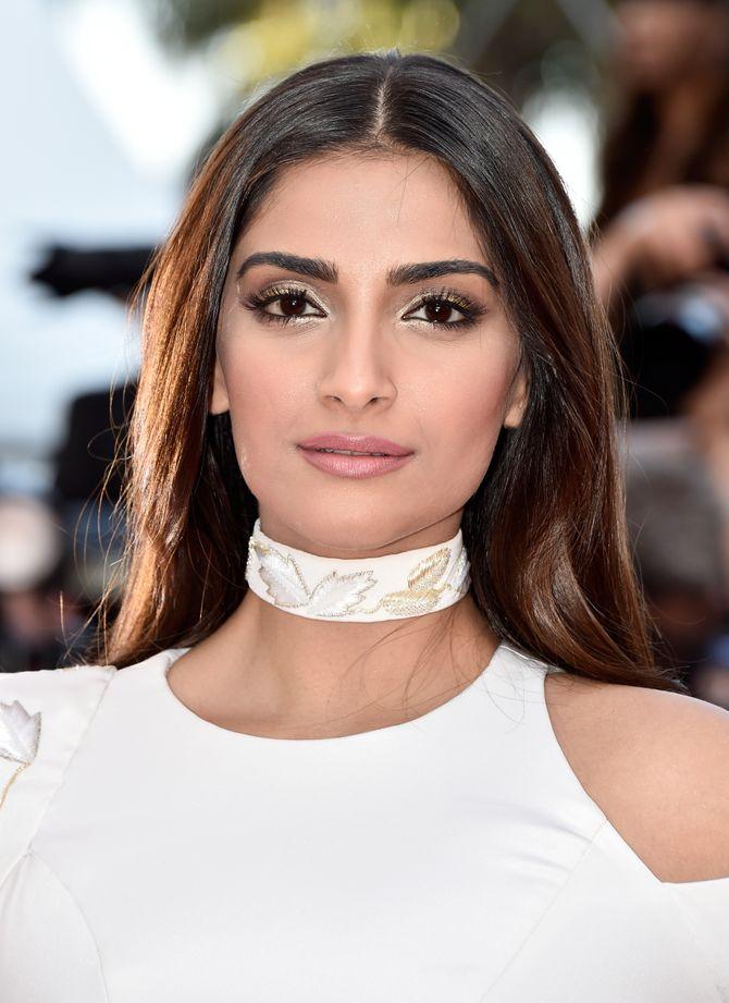 Sonam Kapoor lors de la montée des marches de Mal de Pierre au 69ème Festival de Cannes