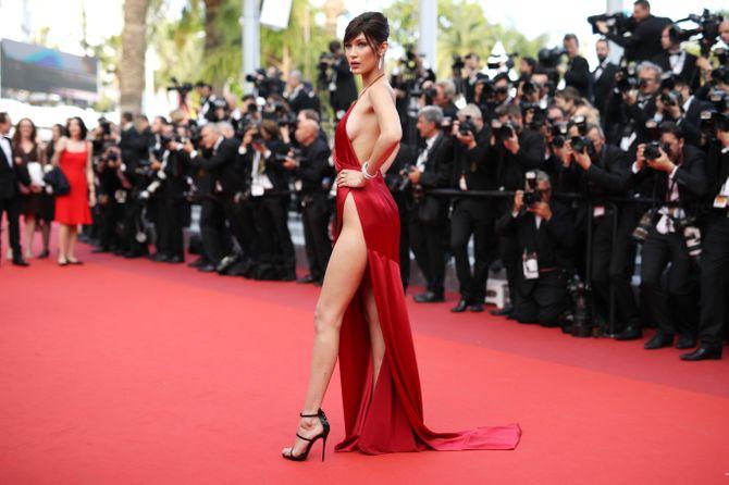 Bella Hadid se dénude pour monter les marches à Cannes