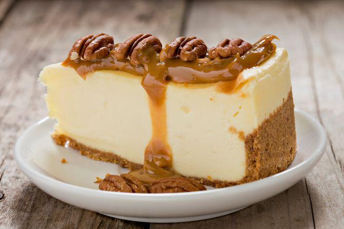 Sur votre cheesecake sans cuisson, ajoutez une coulis caramélisé et des noix de pécan