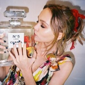 Lily-Rose Depp, nouvelle égérie du parfum N°5 L'Eau de Chanel
