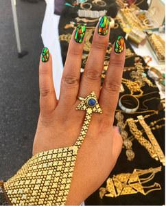 Le glass nail pour des ongles scintillants