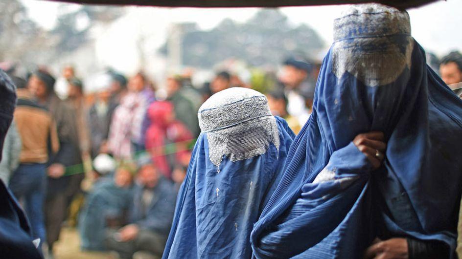 Miembros de Daesh subastan esclavas sexuales en Facebook